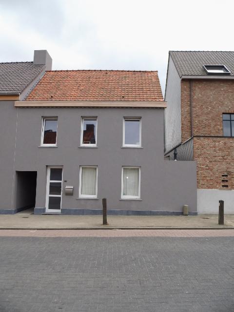 Instapklare gezellige woning aan kerk met terras en 2 slpks te Deinze – VERHUURD