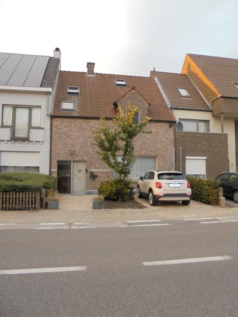 Woning met 4 slaapkamers, tuin, garage en polyval. ruimte te Waregem